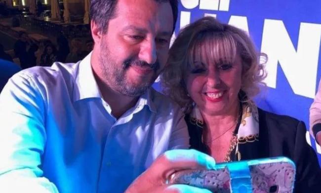 Il diktat di Salvini: espulsione per chi non nasconderà i suoi selfie con la sindaca che rubava ai poveri